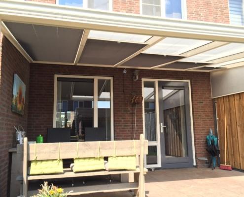 Zonwering plisse onder een veranda